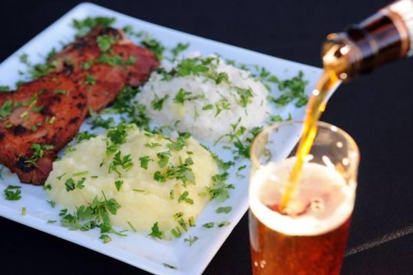 Bisteca suína e cerveja com malte defumado: harmonização por semelhança ressalta os sabores (Bruno Peres/CB/D.A Press)