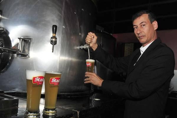 O mestre cervejeiro Klecius Celestino prefere armazenar a bebida em alumínio (Ed Alves/CB/D.A Press)