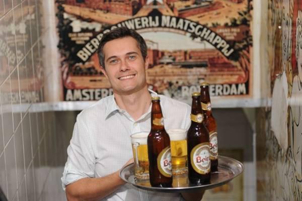 Francisco Emílio Marinho exibe a Beirabier, cerveja desenvolvida especialmente para o Beirute (Geyzon Lenin/Esp. CB/D.A Press)