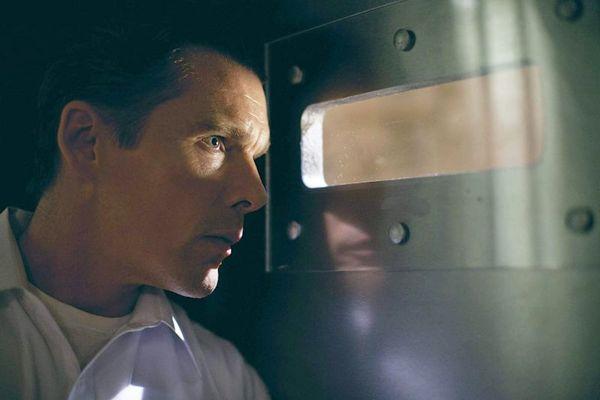 Ethan Hawke vive um especialista em segurança que vira vítima do dia de crimes sem punição (Universal Pictures/Divulgação)