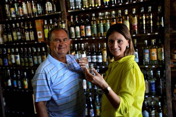 André e Ariane Romão, do Empório da Cachaça, brindam o sucesso crescente da branquinha (Gustavo Moreno/CB/D.A Press)