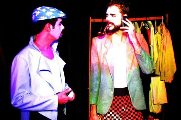 Intérpretes de Libras interagem com atores na peça ¿Palhaço,Por quê?, da Equipe Teatral Confins-Artísticos (Diego Marcel/Divulgação)