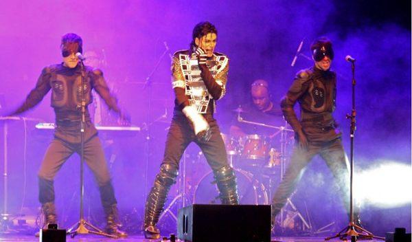Rodrigo Teaser vive MJ: 'Quando tocamos Billie Jean, eu me sinto muito próximo dele' (Paula Passos/Divulgação)