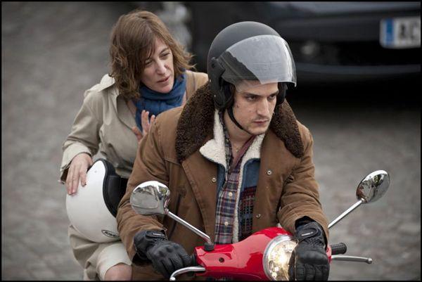 Louis Garrel e Valeria Bruni vivem o par romântico do longa: diferença de idade gera conflitos (Arte France Cinéma/Divlugação)