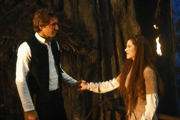 Cena do filme Guerra nas Estrelas IV, com Han Solo (Harrison Ford) e a princesa Leia Organa (Carrie Fisher). (Divulgacao/Fox)