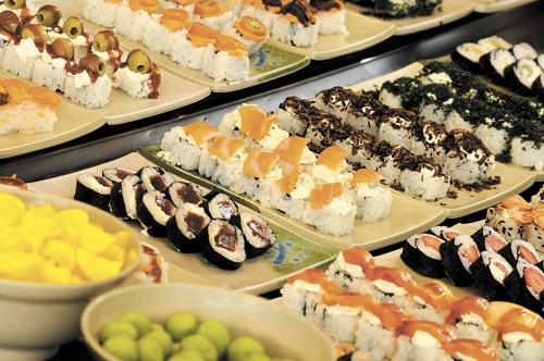 Bufê de sushi do Haná, casa que aposta em combinações com ingredientes inusitados, como couve, alho-poró e castanha-do-pará (Carlos Vieira/CB/D.A Press)