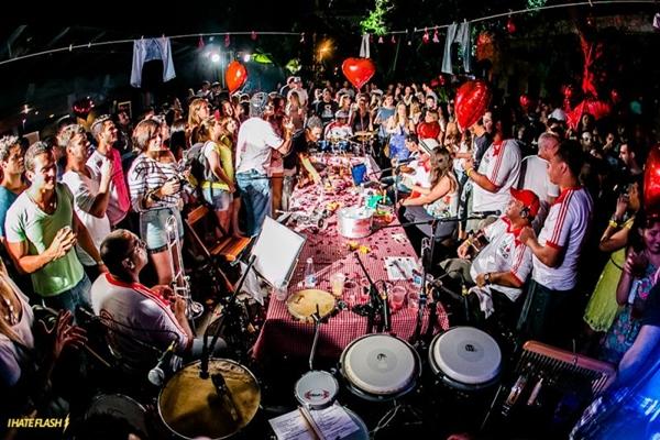 A banda aposta no estilo musical de pagode retrô e se apresenta como bloco de carnaval  (Coletivo Luna/Divulgação)