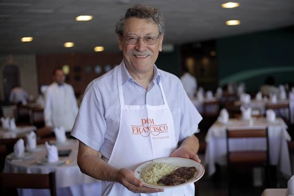 Chef Francisco Ansiliero com prato especial (Sérgio Alberto/Divulgação)