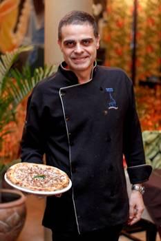 Inovando tradições: Giuseppe Modafferi, do Hostaria dei Sapore, e a pizza de arroz e feijão (Rômulo Juracy/Divulgação)