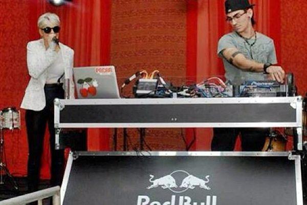 O duo, que está no projeto há três anos, investe na música eletrônica (Jet Set Live/Reprodução/Facebook)