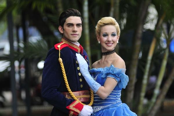 O casal que protagoniza o musical: traje de Cinderela é similar ao do desenho produzido pela Disney (Ed Alves/CB/D.A Press)