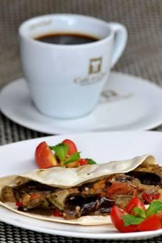 Wrap vegetariano e café levemente cítrico garantem boa harmonização (Marcelo Ferreira/CB/D.A Press)