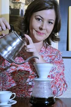 Juliana Pedro serve café coado na hora no Ernesto Café, perfeito com tapioca de queijo coalho ou bolo de frutas (Antonio Cunha/Esp. CB/D.A Press)