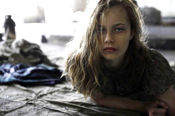 Lore (Saskia Rosendahl) herda o preconceito do pai militar em uma Alemanha pós-nazismo (Europa Filmes/Divulgação)