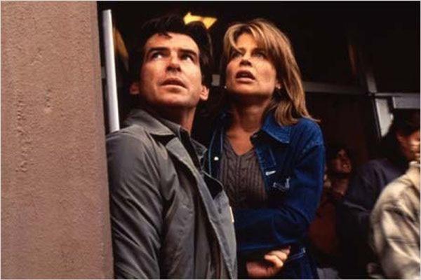 Pierce Brosnan e Linda Hamilton assumem a trama de suspense (Universal/Divulgação)