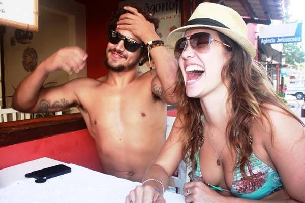 Carolina publicou nas redes sociais fotos da viagem à Fortaleza com o ator (Reprodução/Facebook@CarolinaCaetanoBianchi)