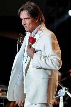 Roberto Carlos sempre distribui rosas vermelhas ao final de cada apresentação (Monique Renne/CB/D.A Press)
