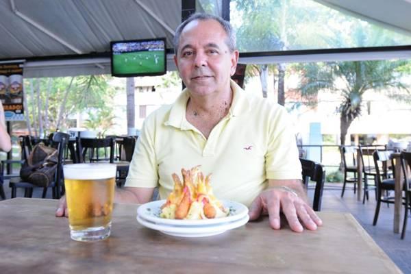 Ivo Mendes exibe a pirâmide que leva camarão empanado e queijo do reino  (Carlos Moura/CB/D.A Press)