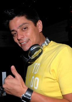 DJ Sony anima a noite ao lado de outros DJs (Aureliza Corrêa/Esp. CB/D.A Press)