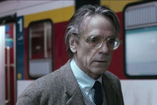 O professor Raimund (Jeremy Irons) vê a vida mudar após conhecer o professor Amadeu (Europa Filmes/Divulgação)