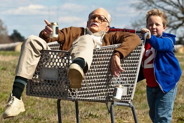 Irwin (Johnny Knoxville) e o neto, Billy (Jackson Nicoll): o filme usa o mesmo truque de Borat (Paramount/Divulgação)