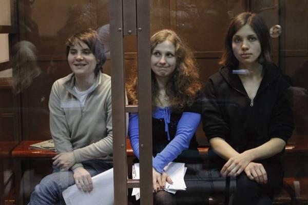 Após protestar contra o presidente Vladimir Putin, as integrantes da banda punk russa foram condenadas a dois anos de prisão cada uma por 'vandalismo, incitado por ódio religioso' (Maxim Shemetov /Reuters)