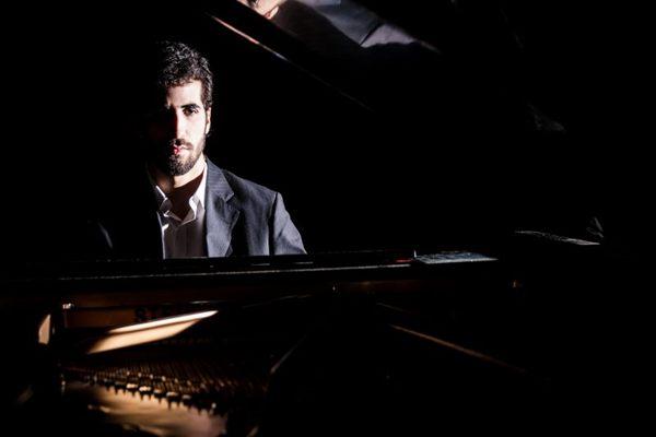 Felipe Viegas começou a carreira cedo e acompanha Ellen Oléria no palco ( Karina Santiago/Divulgação)