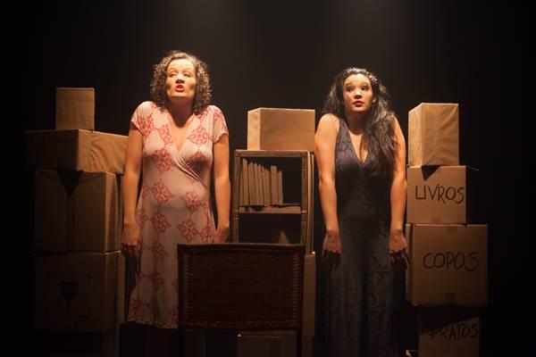 Nas caixas e itens da casa, as personagens se recordam da avó (Raquel Pellicano/Divulgação)