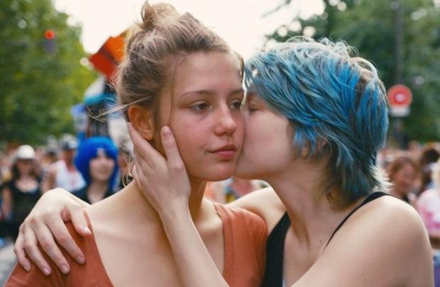 Adèle (Adèle Exarchopoulos) e Emma (Léa Seydoux) têm atuações sinceras em um roteiro que trata o amor com naturalidade (Imovision/Divulgação)