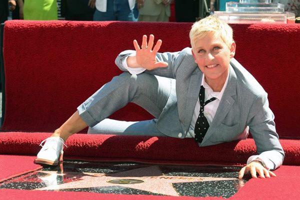 Imortalizada: Ellen DeGeneres em seu espaço na calçada da fama de Hollywood (AFP PHOTO / Frederic J. BROWN )