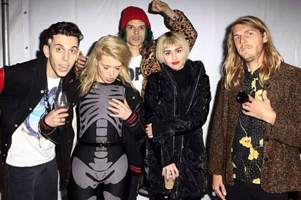 A cantora participou de ensaio com o grupo norte-americano Cage the Elephant (Reprodução/Twitter@MileyCyrus)