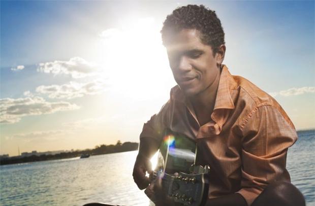 O vocalista do Natiruts é o convidado da edição que marca o retorno da banda de Marcelo Mira (Alexandre Fortes/Divulgação)