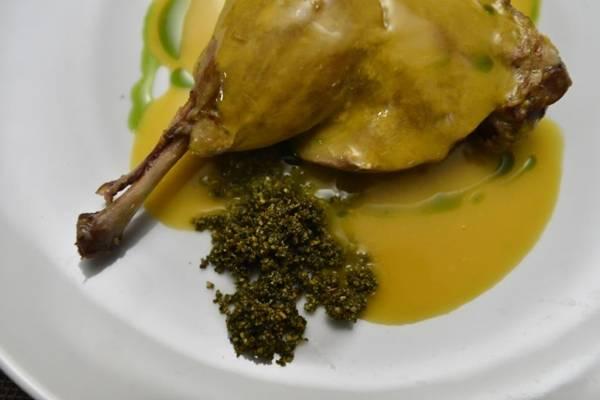 Confit de pato com tucupi e farofa de jambu: releitura de um prato tradicional e preferido do chef Leandro Nunes ( Daniel Ferreira/CB/D.A Press)