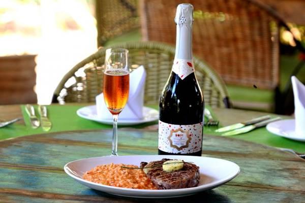 O espumante rosé também pode combinar com carnes vermelhas (Antonio Cunha/Esp. CB/D.A Press)