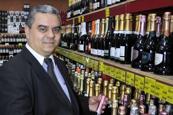 'Nossas terras são excelentes para a produção das uvas e contamos com um ótima linha de produção' Olinaldo Oliveira, sommelier da Super Adega ( Ed Alves/CB/D.A Press)