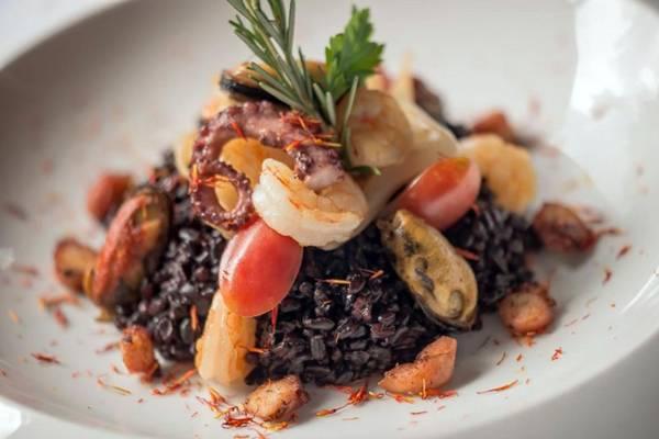 Paella negra de frutos do mar com açafrão, agnoline de bacalhau ao molho rústico, tartar de atum com maçã verde e manjericão (Vini Goulart/Magneto Fotografia)