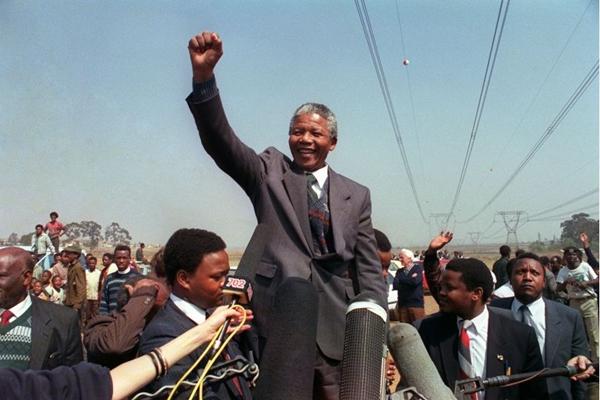 Cena mostra o ex-presidente comemorando a vitória na eleição de 1993  (Trevor Samson/AFP/Getty Images)