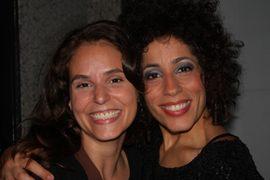 Amanda Guerra e a cantora Marcia Castro, que aproveitou para atender o público ( Paula Pratini/Divulgação)