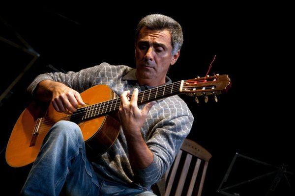 Após lecionar por uma semana nos Estados Unidos, Guinga exibe sua prestigiada habilidade com o violão no Teatro da Caixa   (Thais Gaillart/Divulgação)