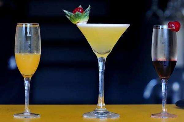 Bellini (E), Miami Sky e Kir Royal: opções de drinques com espumante do Nation's Bar ( Antonio Cunha/Esp. CB/D.A Press)