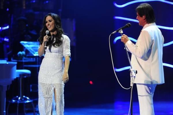 O especial deste ano contou com a participação de famosos, a humorista Tatá Werneck brincou com Roberto no palco ( Estevam Avellar/TV Globo)