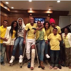 Anderson Silva posou ao lado de amigos e familiares (Reprodução/Instagram)