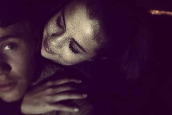 Casal posou abraçadinho para foto ( Reprodução/ Instagram@ustinbieber)
