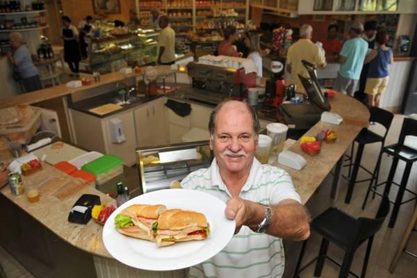 Ronaldo de Sousa e o sanduíche servido no balcão da padaria Delícia (Breno Fortes/CB/D.A Press)