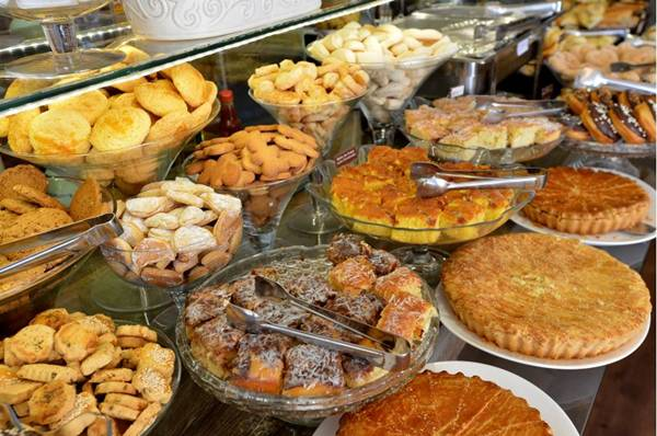 Bufê do Caramella conta com mais de 25 itens, entre pães, bolos, tortas, frutas e biscoitos (Gustavo Moreno/CB/D.A Press)