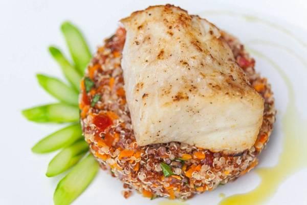 Entre os principais, há um robalo grelhado com salada fria de quinoa e tomates italianos (Felipe Menezes/Divulgação)