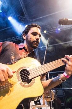 Aos sábados, Alberto ministra aulas de violão ( Daniela Braga/Divulgação)