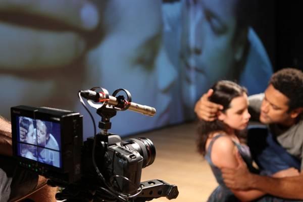 Julia é gravado ao vivo diante da plateia: experiência veio de peças anteriores da diretora (Gui Maia/Divulgação)