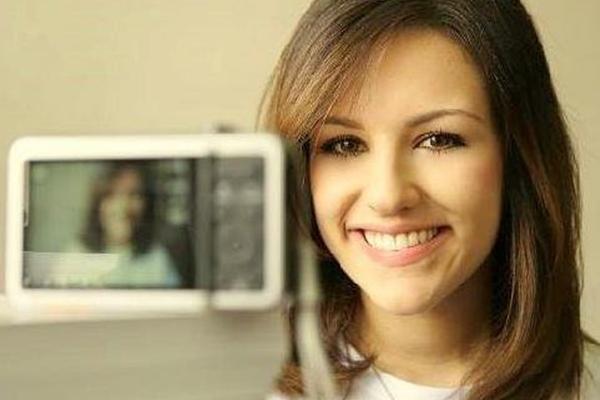 A garota ficou famosa após postar vários vídeos no YouTube (Facebook/Divulgação)