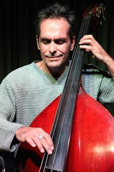 O músico Alex Queiroz é a atração da noite com o melhor do Jazz (Paulo Bandeira/Divulgação)
